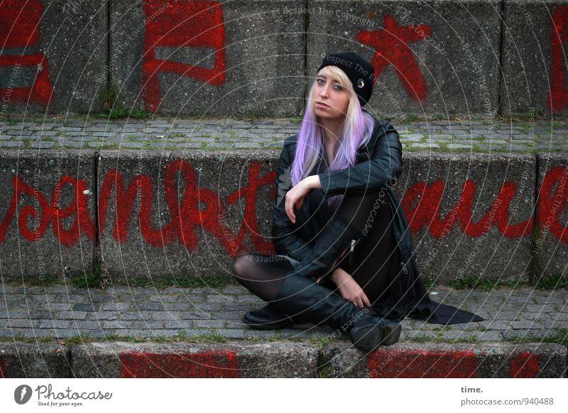 Lilly feminin Junge Frau Jugendliche 1 Mensch Mauer Wand Außentreppe Jacke Piercing Stiefel Mütze blond langhaarig Punk Graffiti beobachten Blick Zufriedenheit