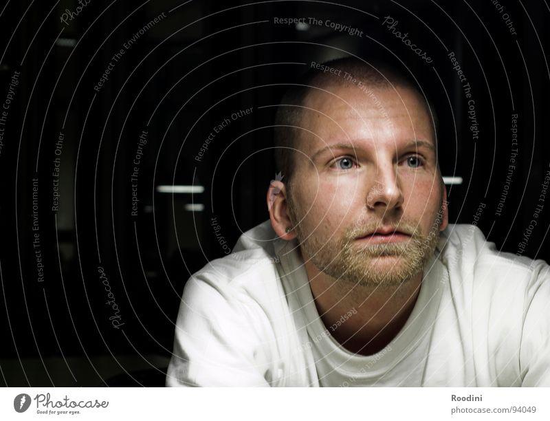wieso eigentlich? Fragen Denken Studium Schicksal alles klar begreifen Gesprächspartner Mann Porträt Bart Glatze Licht Student Verständnis Junger Mann einigen