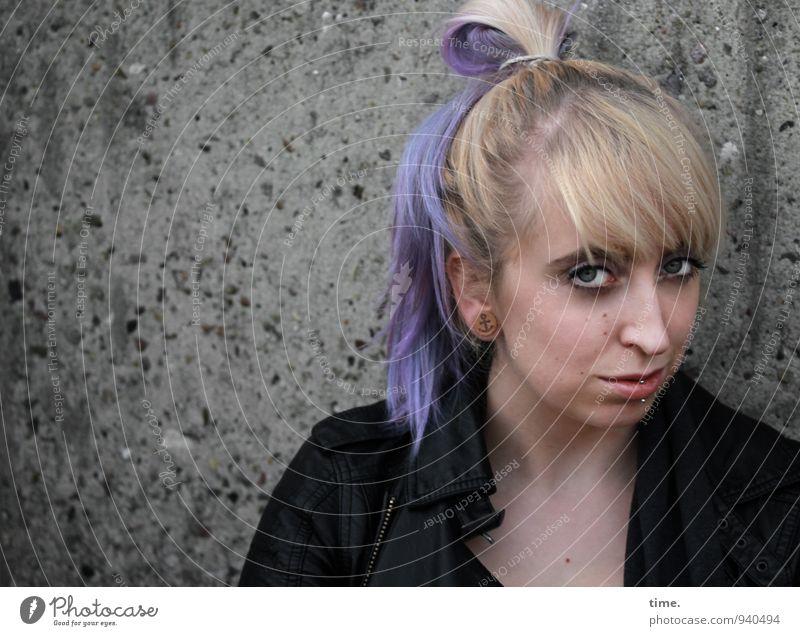 Lilly feminin Junge Frau Jugendliche 1 Mensch Jacke Piercing blond langhaarig Pony Zopf Punk beobachten Blick warten schön selbstbewußt Coolness Willensstärke