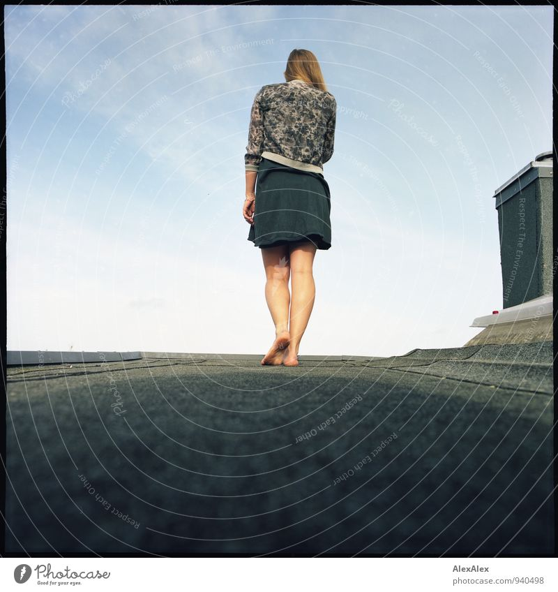 auf Kante Abenteuer Dach Schornstein Junge Frau Jugendliche Beine Fuß 18-30 Jahre Erwachsene Himmel Horizont Sommer Schönes Wetter Rock Jacke Barfuß blond