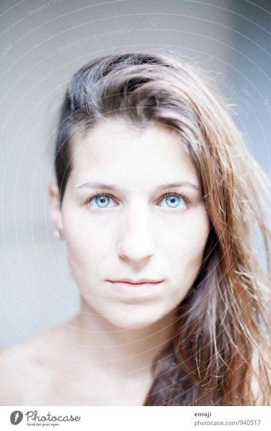 2400 feminin Junge Frau Jugendliche Gesicht 1 Mensch 18-30 Jahre Erwachsene hell weiß Ungeschminkt rein Farbfoto Außenaufnahme Hintergrund neutral Tag Licht