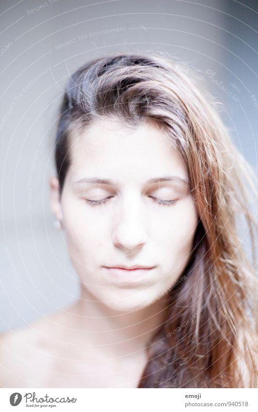 pure feminin Junge Frau Jugendliche Gesicht 1 Mensch 18-30 Jahre Erwachsene hell weiß Ungeschminkt rein Farbfoto Außenaufnahme Nahaufnahme Hintergrund neutral