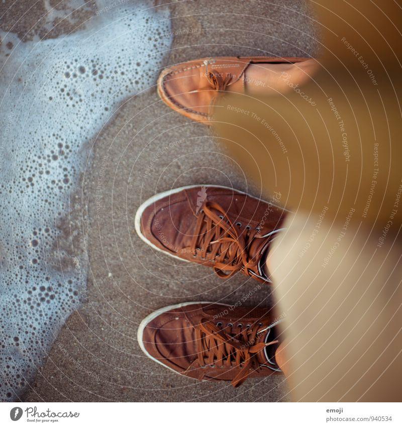 1.5 Menschen Fuß 2 Wellen Strand Meer Sand Wasser Schuhe Ferien & Urlaub & Reisen Urlaubsfoto Farbfoto Außenaufnahme Tag Schwache Tiefenschärfe Vogelperspektive