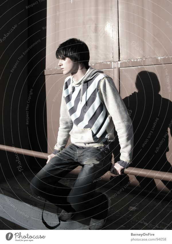Staring at the Sun Mann Jugendliche rot Einsamkeit sitzen Industrie verfallen Stab Streifenpullover
