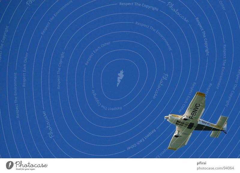Freiheit Flugzeug strahlend Spielzeug rechts unten gelb weiß Pilot Luft Flugzeuglandung Schweben Luftverkehr Himmel blau Ecke flugi Flughafen hoch Beginn leer