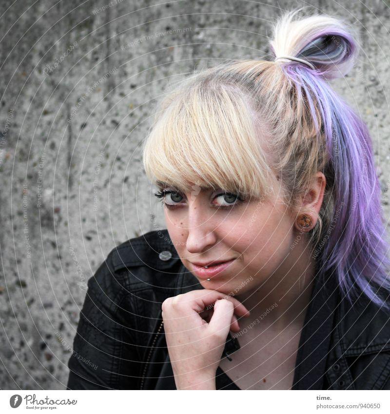 Lilly feminin Junge Frau Jugendliche 1 Mensch 18-30 Jahre Erwachsene Mauer Wand Jacke Piercing blond langhaarig Zopf Punk beobachten Blick warten Freundlichkeit