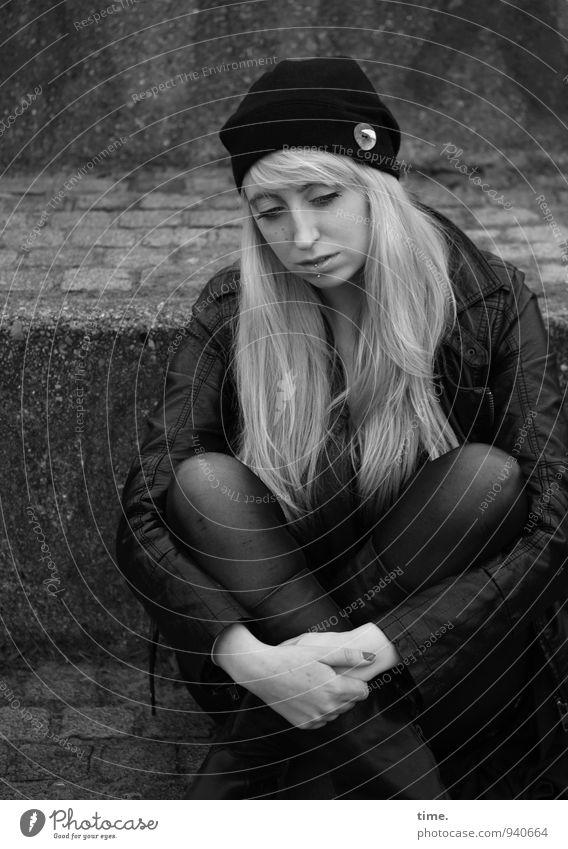 . Mensch Jugendliche schön Junge Frau ruhig 18-30 Jahre dunkel Erwachsene Wärme Traurigkeit feminin Wege & Pfade Zeit Stein träumen Treppe