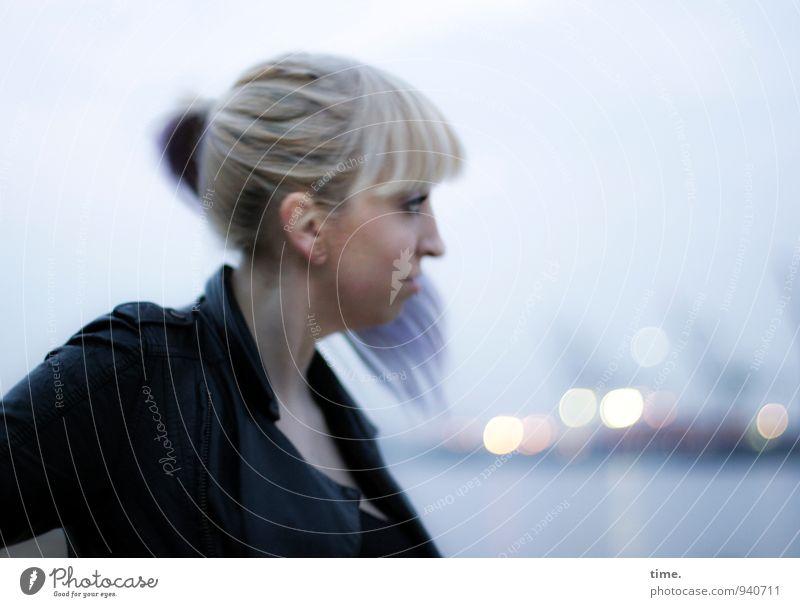 Lilly feminin 1 Mensch 18-30 Jahre Jugendliche Erwachsene Wind Küste Hamburg Hafen Containerterminal Jacke blond langhaarig Pony Zopf Punk beobachten Blick