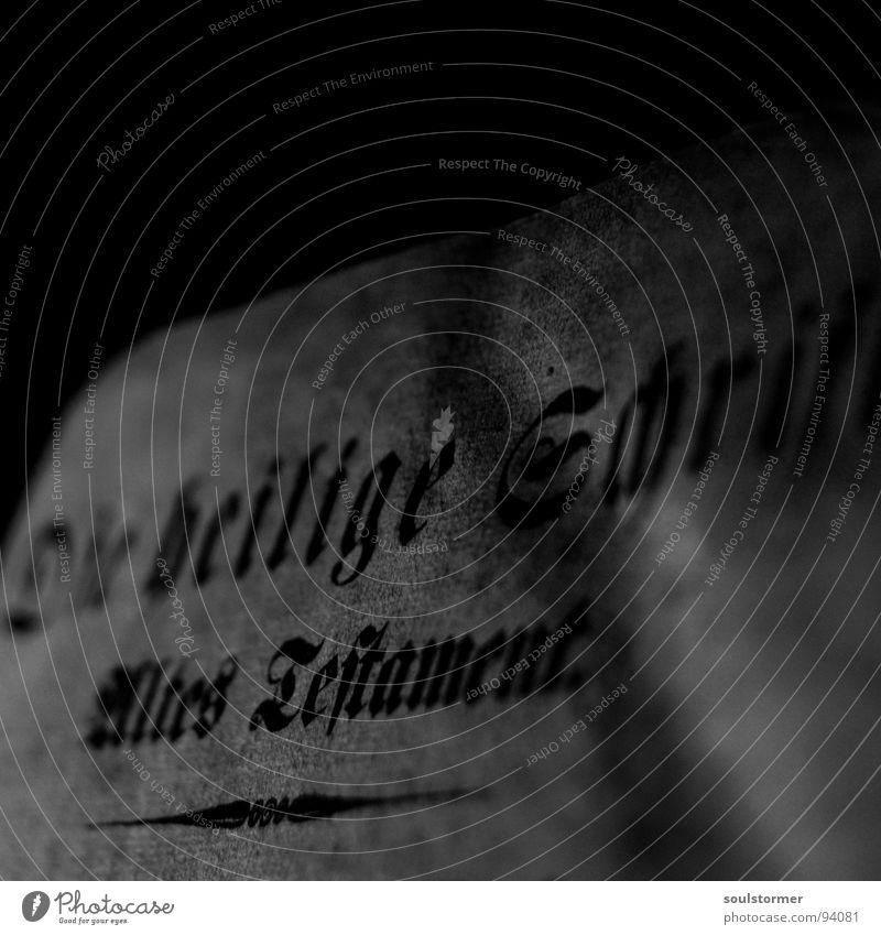 Alt Bibel Götter Religion & Glaube Buch Papier schwarz weiß grau Altes Testament dunkel Dachboden Makroaufnahme Nahaufnahme Trauer Verzweiflung Schwarzweißfoto