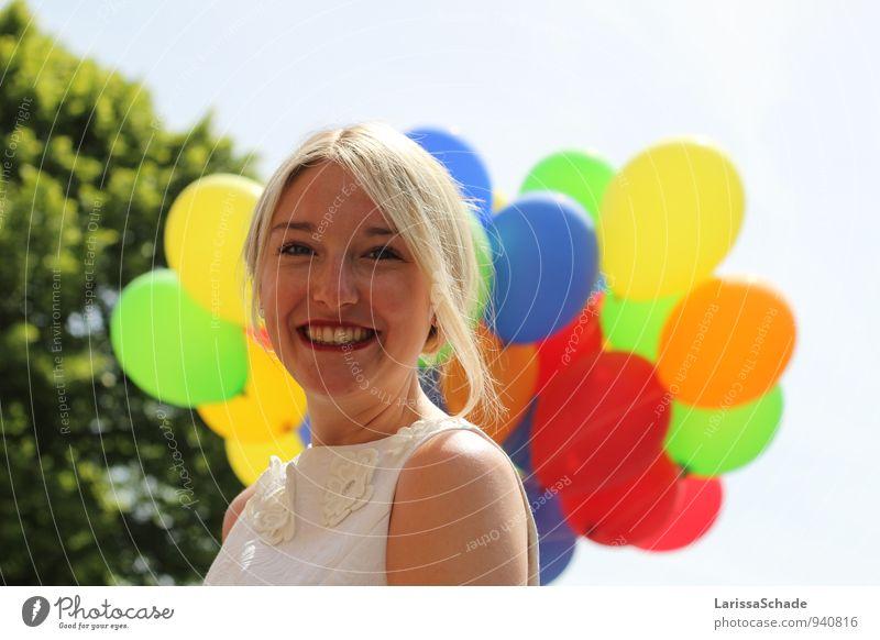 Kunterbunt. feminin Junge Frau Jugendliche Gesicht Zähne 1 Mensch 18-30 Jahre Erwachsene Schönes Wetter Baum Stoff blond Zopf Luftballon atmen genießen Lächeln