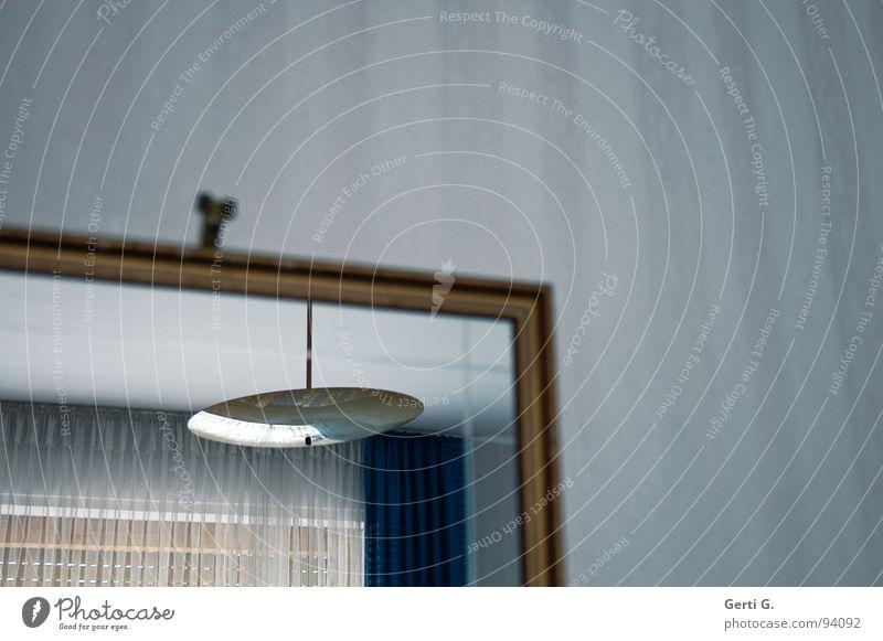 anno Pief alt weiß blau Lampe Raum Lifestyle Spiegel Tapete Vorhang Gardine antik Rahmen Schlafzimmer Einblick Fünfziger Jahre Pension