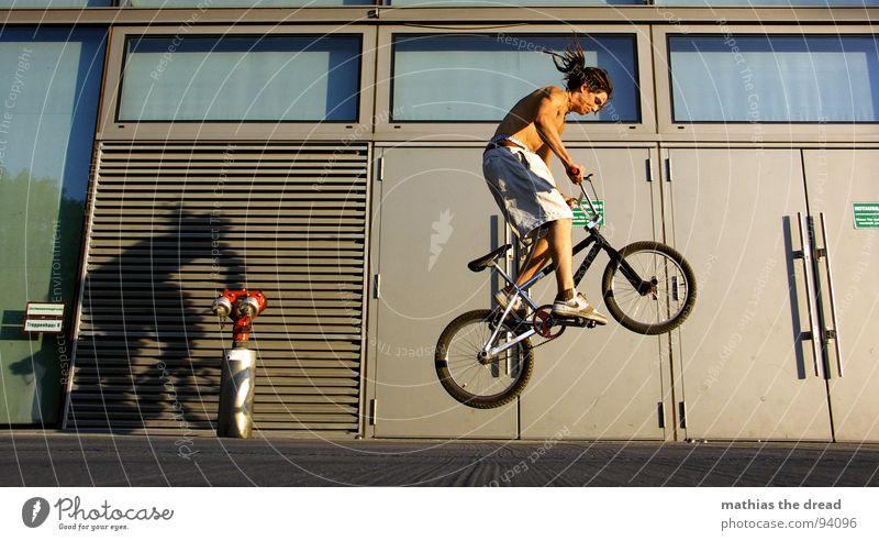 Momentaufnahme Mann Stadt blau Freude Sport springen Spielen Bewegung Linie Gesundheit Tür maskulin fliegen Beton frei hoch