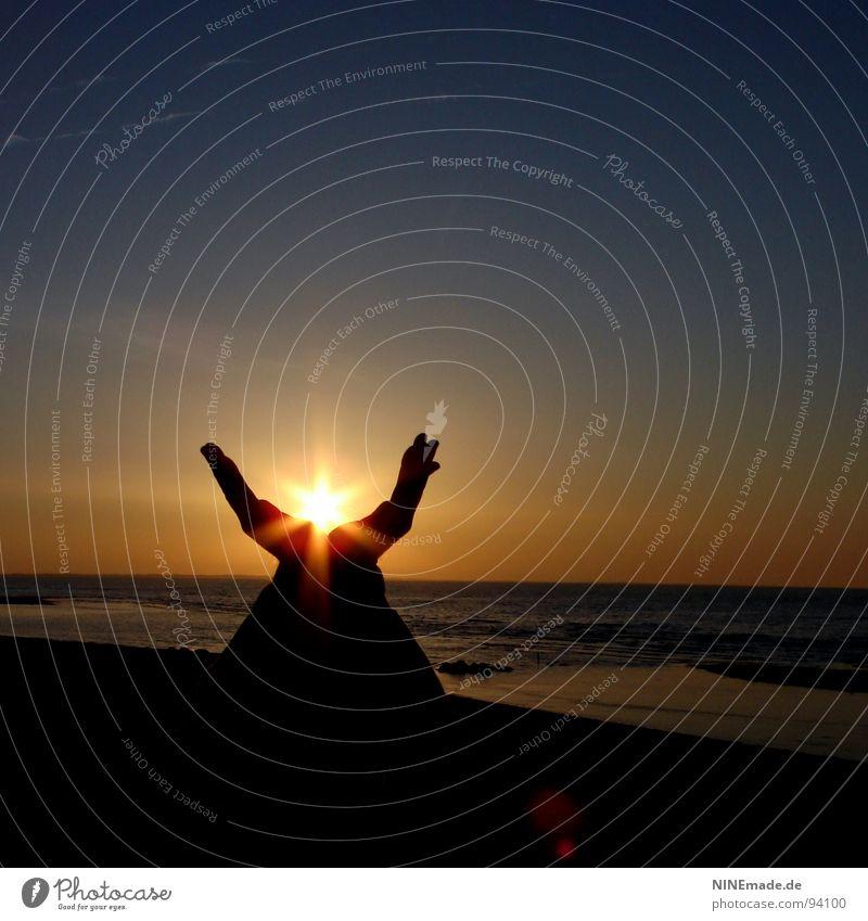 SonnenKelch Hand Wasser Himmel Meer blau rot Strand Ferien & Urlaub & Reisen schwarz gelb Lampe Erholung Freiheit Denken Wärme