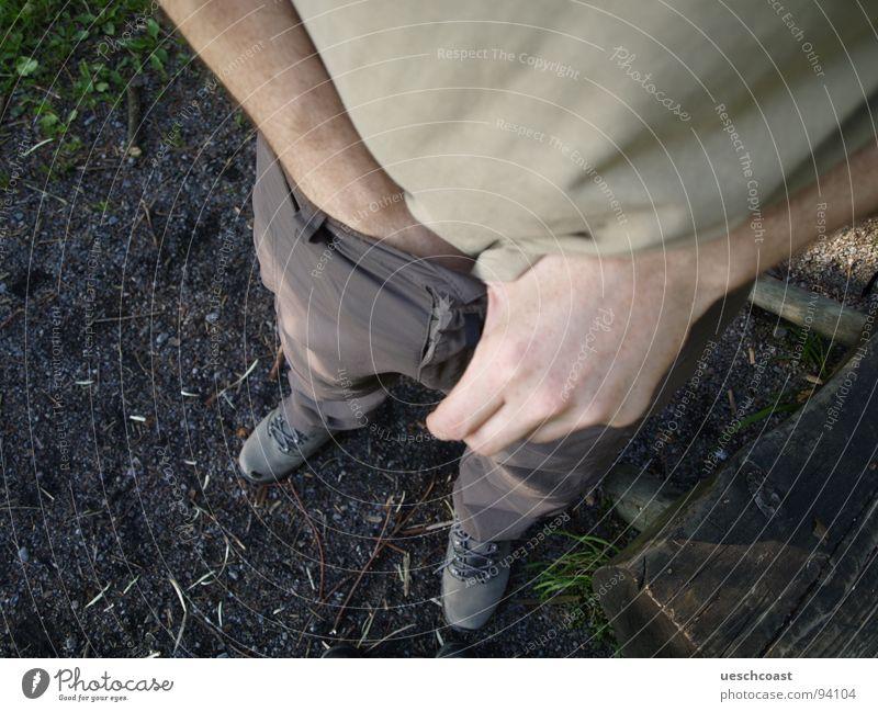 Ausrichten … Schuhe wandern Waldboden Hand Sack kratzen Vogelperspektive Hose T-Shirt braun dreckig Schwanz Reißverschluss normal Moral Handwerk Konzentration