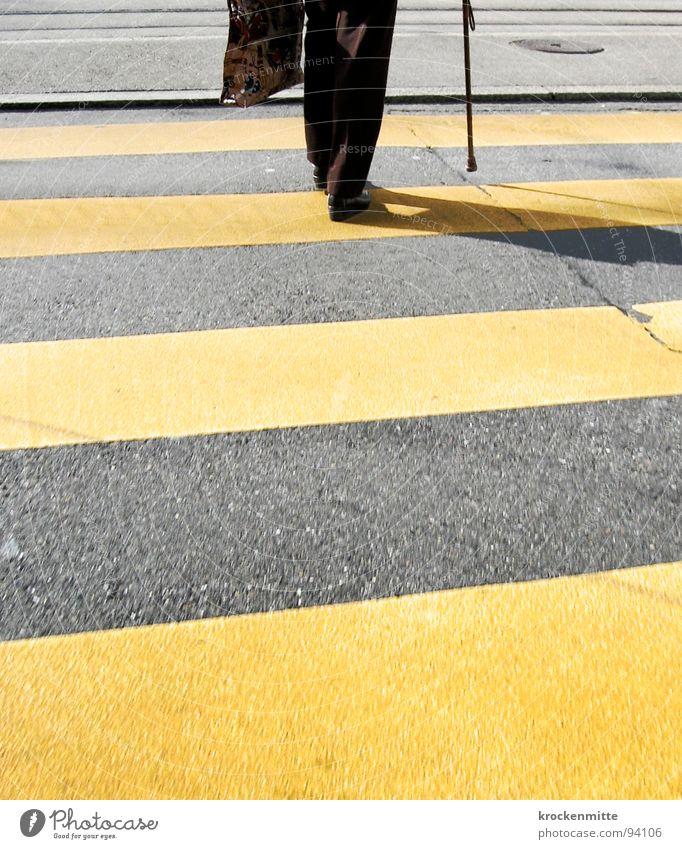 traverser la route II Zebrastreifen Fußgänger Schuhe gelb Asphalt Verkehr Stadt gehen Überqueren betoniert Teer Streifen Einkaufstasche Spazierstock Stock
