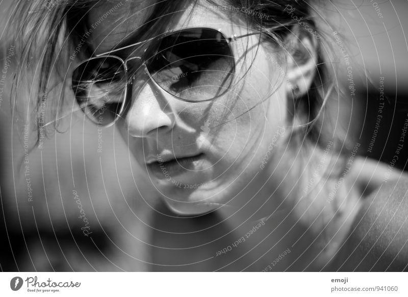 Mrs. Cool feminin Junge Frau Jugendliche Haare & Frisuren Gesicht 1 Mensch 18-30 Jahre Erwachsene Sonnenbrille Coolness Schwarzweißfoto Außenaufnahme Tag