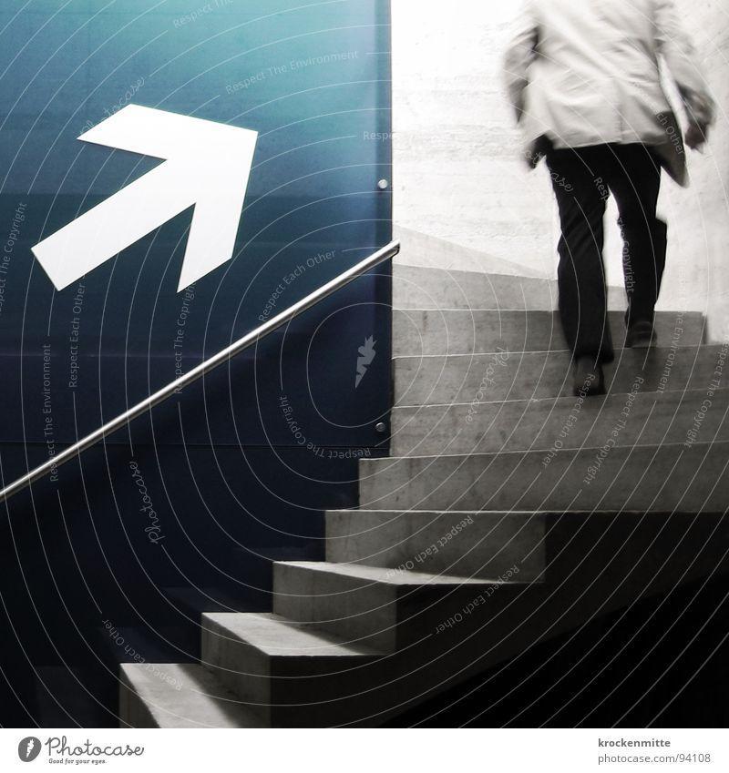 Vitamin B Anzug Mann aufsteigen Beton Bewegungsunschärfe Eile rennen Arbeitsweg Fußgänger gehen Signaletik Richtung Karriere Erfolg Treppe treppen steigen