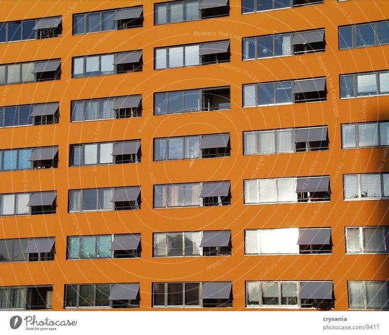 orangefarbenes Haus Berlin Fenster Architektur Balkon Neubau Fensterfront