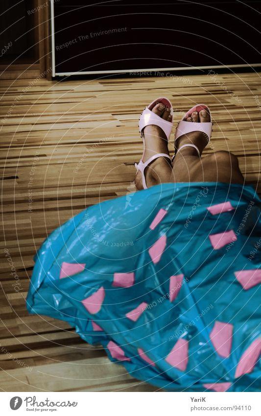 designerklamotten?? Kleid Bekleidung Schuhe rosa Rechteck Quadrat Müllsack Sack Folie Holzfußboden Schiffsplanken Laminat Streifen Schrank liegen dunkel schön