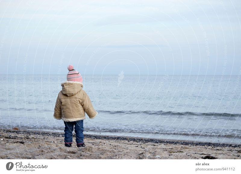 kalte Ostsee Mensch Himmel Kind Ferien & Urlaub & Reisen Wasser Meer Einsamkeit Mädchen Strand kalt Herbst feminin Wetter Wellen Kindheit Bekleidung