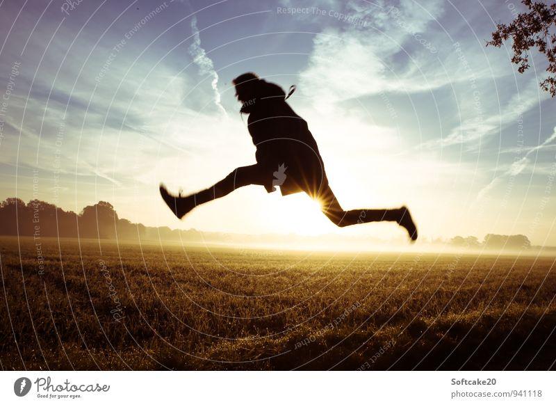 Sprung übers Feld Nebel Sonnenaufgang springen hüpfen Mensch maskulin Junger Mann Jugendliche 1 18-30 Jahre Erwachsene blau gelb schwarz Farbfoto Außenaufnahme