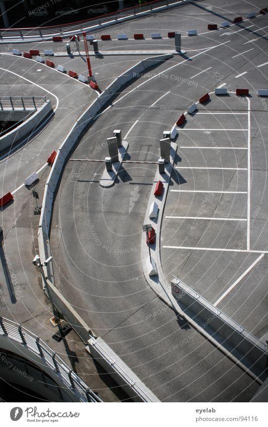 Teststrecke für Parkplatzsuchende (Abschnitt 1) weiß rot grau Lampe Linie Platz Beton Verkehr modern leer neu Streifen Sicherheit rund Schönes Wetter Geländer