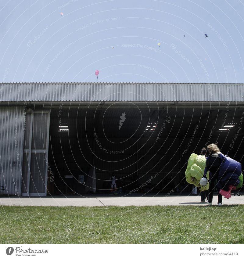 maikäfer II Himmel Mann Hand Freude Wiese Sport springen Beine Horizont Feld fliegen gefährlich Flughafen Käfer Fallschirmspringen üben