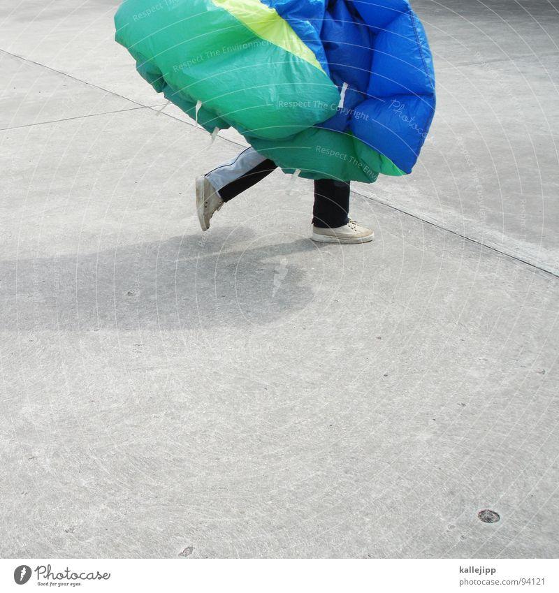 maikäfer III Fallschirmspringer springen Gleitschirmfliegen üben Flugplatz Rollfeld Horizont gleiten Formation Wiese Feld Formationsspringen Rucksack Hand Mann