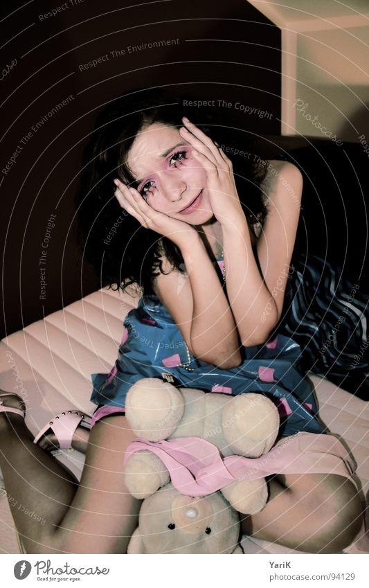 teddymörderin Hand Gesicht Auge Kopf Traurigkeit Mund Schuhe rosa Trauer Bett Kleid violett Quadrat Schminke schließen Schwäche