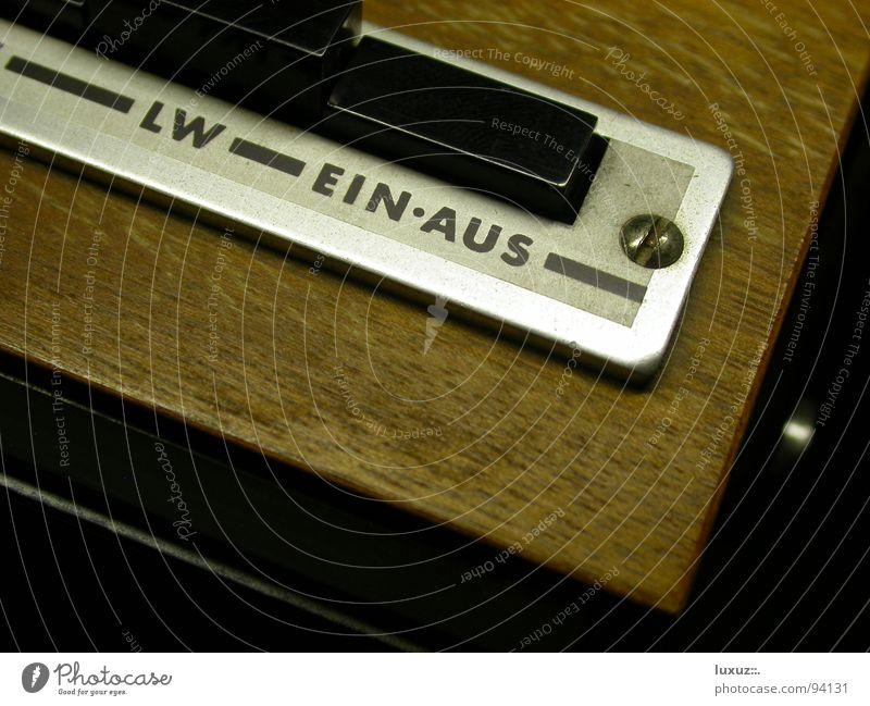 ein • aus live Lied Podcast Rauschen Schalter Knöpfe aktivieren ausschalten drücken Frequenz Sender mono stereo Apparatur Radio laut ruhig braun Hörspiel
