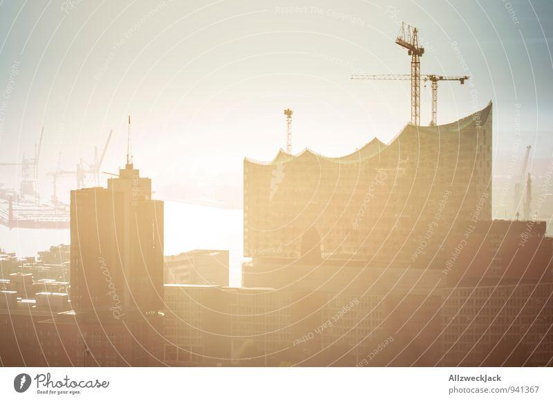 Stillstand beim Bauen im Morgengrauen Hamburg Hafenstadt Architektur Sehenswürdigkeit hell Stadt Baustelle Kran Hafencity Hafenkran Farbfoto Außenaufnahme