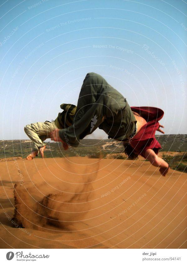 Backflip Jugendliche Freude Sport springen Spielen Freiheit Glück Sand fliegen frei Wüste Stranddüne Staub Salto Sahara Rückwärtssalto