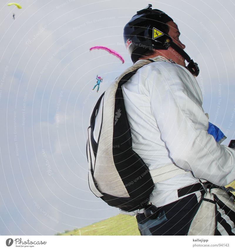flattermann Himmel Mann Hand Freude Wiese Sport springen Beine Horizont Feld fliegen gefährlich Flughafen Fallschirmspringen Käfer Gleitschirmfliegen