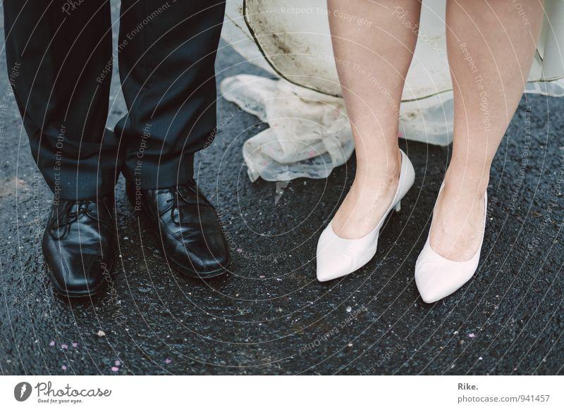 Auf einem gemeinsamen Weg. Feste & Feiern Hochzeit Mensch maskulin feminin Frau Erwachsene Mann Paar Partner Leben Beine Fuß 2 Kleid Anzug Schuhe stehen elegant