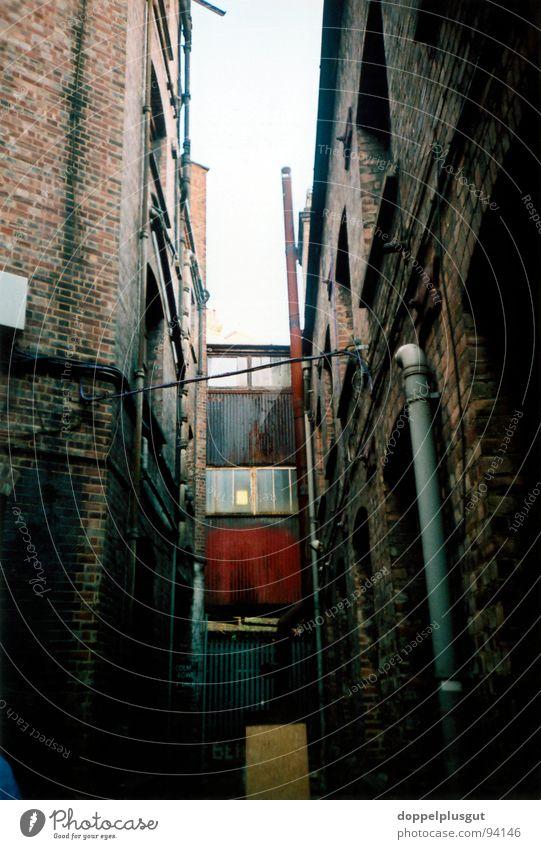 Hinterhof dunkel planen Bauernhof Röhren London schäbig eng Lichtblick