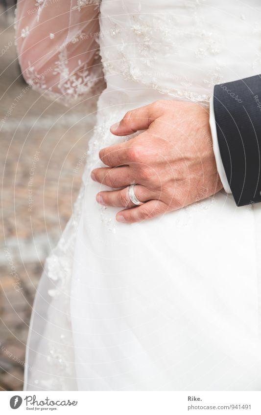 Sag ja. Feste & Feiern Hochzeit Mensch Paar Partner Hand 2 30-45 Jahre Erwachsene Kleid Ring Liebe Umarmen Glück Zusammensein Verliebtheit Treue Romantik