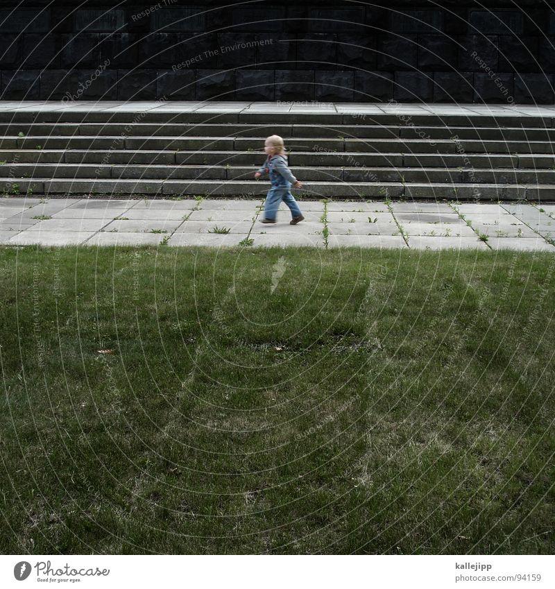 auf die plätze, fertig... Kind Kleinkind transpirieren toben marschieren Latzhose Spielen Steinplatten Denkmal horizontal Schweiß fangen laufen rennen schreiten