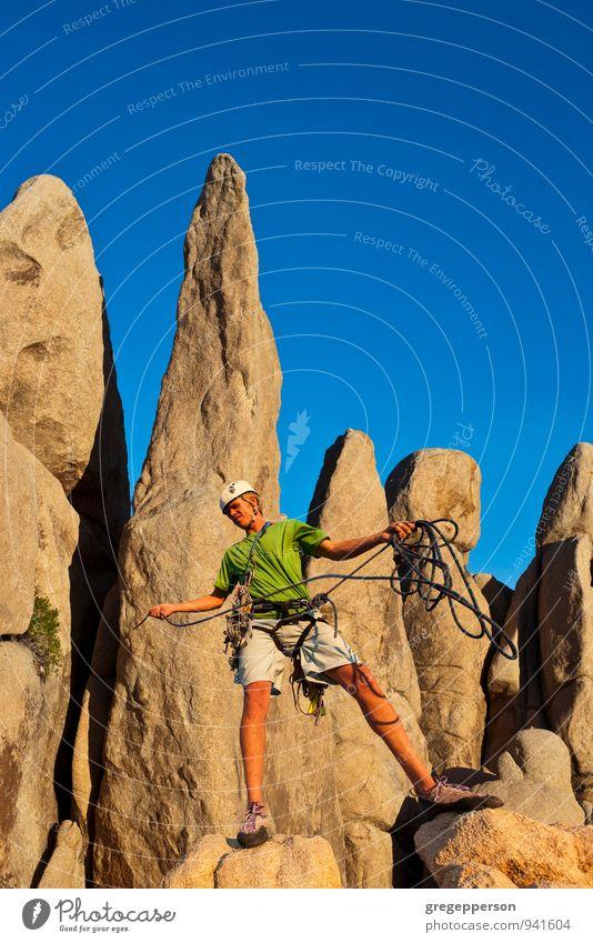Mensch Jugendliche 18-30 Jahre Erwachsene Erfolg Seil Abenteuer Gipfel Klettern Höhenangst Mut Gleichgewicht selbstbewußt Top Bergsteigen Klippe