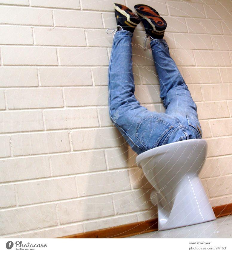 Toilettentieftaucher Mensch blau Wasser weiß kalt Wand Beine Kunst braun Schuhe dreckig nass Bad Jeanshose Hinterteil tauchen