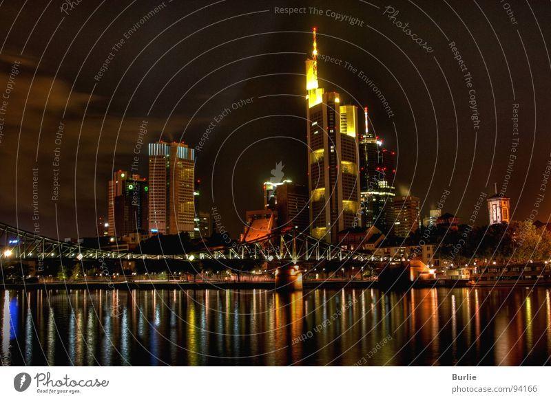 Lichter der Großstadt Nacht Hochhaus glänzend dunkel Langzeitbelichtung Frankfurt. Main Lampe