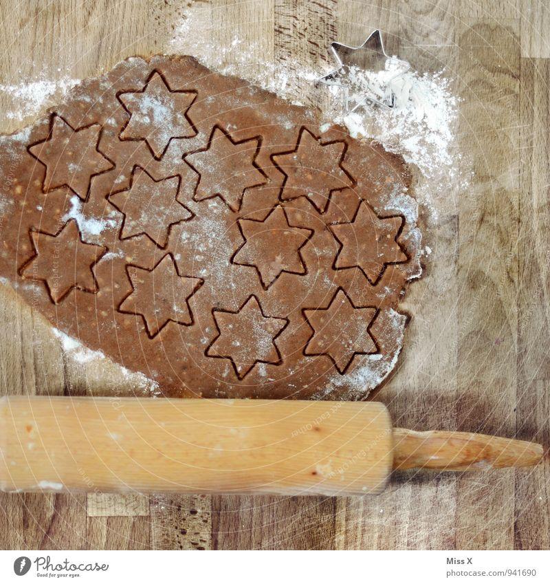 Plätzchenteig Lebensmittel Teigwaren Backwaren Ernährung Küche lecker süß Zimtstern Weihnachtsgebäck Nudelholz Stern (Symbol) stechen Mehl ausrollen Holz