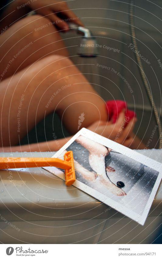 rasur (deutsch das schaben, kratzen) Rasieren Bad Badewanne nass Duschkopf Hand Polaroid Ecke einmal-rasierer Wasser Dusche (Installation) Beine Haut Rasierer