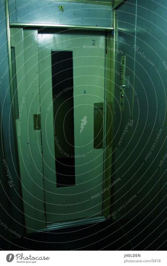 arbeiterschliessfach vertikalbeförderungssystem grün blau dunkel dreckig Technik & Technologie Güterverkehr & Logistik Häusliches Leben Fahrstuhl vertikal Arbeiter Plattenbau Elektrisches Gerät Schließfach Emotiondesign