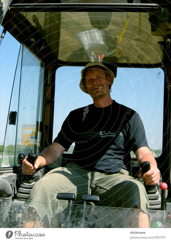 Mein Freund der Bagger-Fahrer... gelb Erholung Fenster Arbeiter Kraft Erde Bauarbeiter Coolness Baustelle Wissenschaften Zigarette Kontrolle Helm Nachmittag
