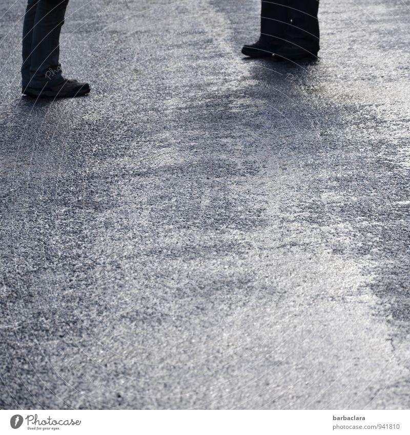 Missverständnis | aus dem Weg räumen maskulin feminin Beine Fuß 2 Mensch Straße Hose Schuhe stehen nass grau schwarz Einigkeit Zusammensein standhaft