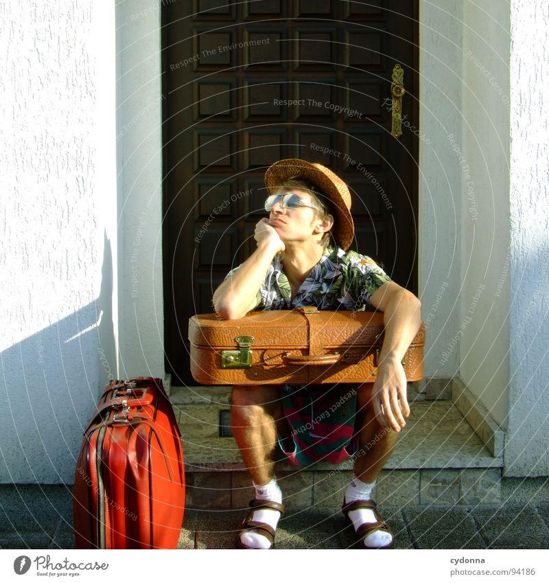 Ankunft 19:31 Ortszeit/ sonnig/ 20 Grad Mensch Mann Ferien & Urlaub & Reisen Sommer Haus Ferne Erholung Leben Gefühle Freiheit Traurigkeit Denken träumen Deutschland Tourismus Bekleidung