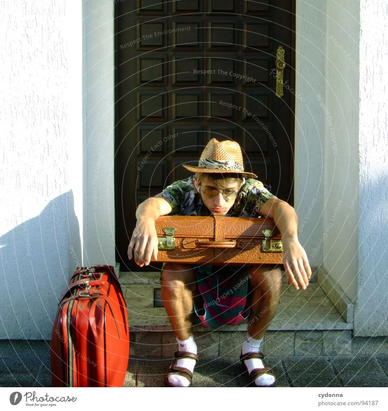 Ankunft 19:32 Ortszeit/ sonnig/ 20 Grad Mensch Mann Ferien & Urlaub & Reisen Sommer Haus Ferne Erholung Leben Gefühle Freiheit Traurigkeit Denken träumen Deutschland Tourismus Bekleidung