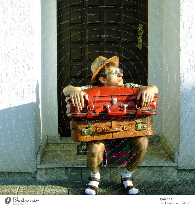 Ankunft 19:33 Ortszeit/ sonnig/ 20 Grad Mensch Mann Ferien & Urlaub & Reisen Sommer Haus Ferne Erholung Leben Gefühle Freiheit Traurigkeit Denken träumen Deutschland Tourismus Bekleidung