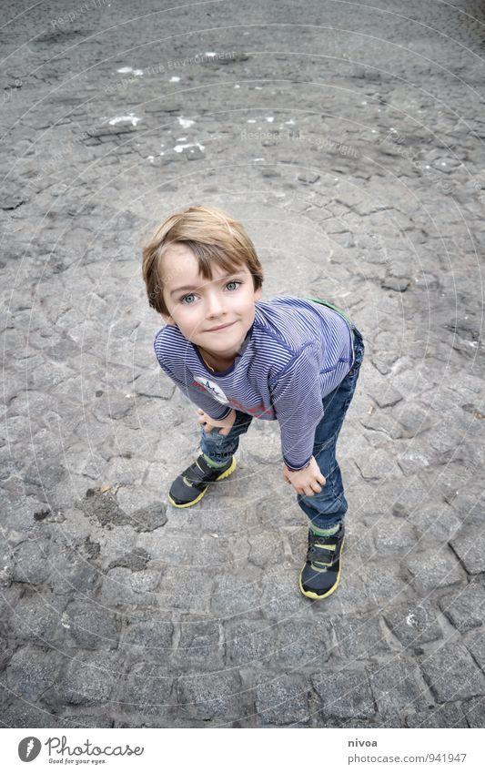 Augenblick Kind Mensch maskulin Junge Kindheit Körper Kopf Haare & Frisuren Gesicht 1 3-8 Jahre Schönes Wetter Hafenstadt Stadtzentrum Platz Marktplatz T-Shirt