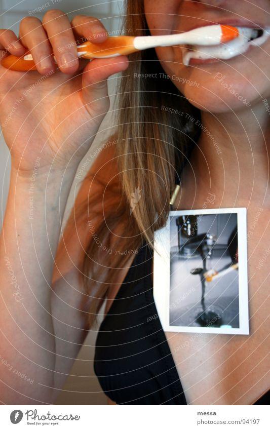 parodontale erkrankungen und mundgeruch Bad Zahnbürste Schaum Waschbecken Polaroid Zahnpflege Speiserest Wasserhahn Reinigen Bürste Gesicht orange sabber